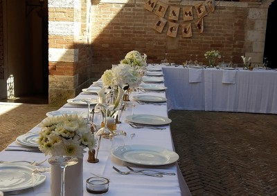wedding tuscany, castle's couryard