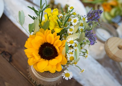 country_wedding_centerpieces_masonjars_sunflowers_cerinella_weddingplanning