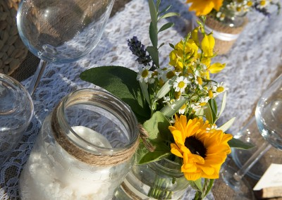 country_wedding_decor_masonjars_burlap_lace_runner_sunflowers_cerinella_weddingplanner
