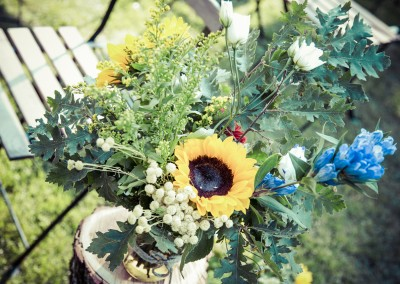 wedding tuscany - matrimonio in toscana - ceremony decoration, logs, sunflowers, wildflowers, mason jars