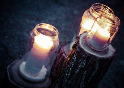 wedding tuscany - matrimonio in toscana - mason jars with candles placed on logs