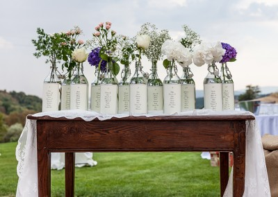 wedding_in_tuscany_seating_plan_tableau_de_mariage_bottles_decor_cerinella_weddingplanner