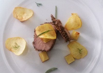 catering cerinella in toscana - filetto di maiele in crosta di sesamo con patate croccanti