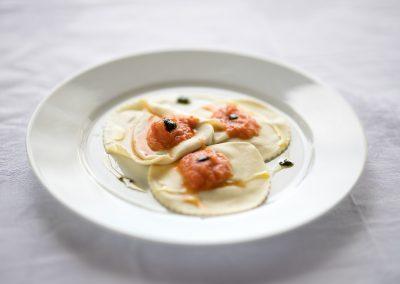 catering cerinella_tortelli di melanzane e bufala con salsa di pomodoro fresco e crema al basilico