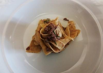 pappardelle_farina_integrale_ragu_capriolo_catering_cerinella_toscana_italia
