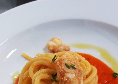 spaghettoni di gragnano con fondente al pomodoro e scampi, catering cerinella, catering tuscany