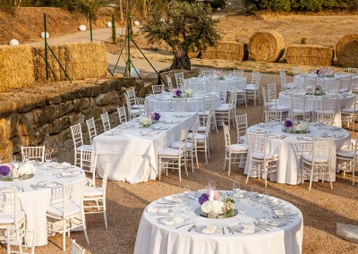 tavolo-tondo-con-tovagliato-lino-bianco-sedia-chiavarina-sottopiatto-in-vetro