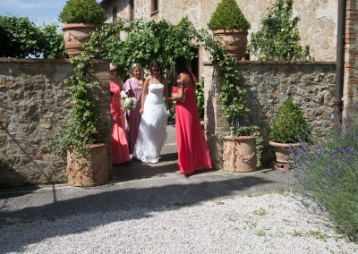 agriturismo_wedding_venue_monticchiello_pienza_val_d_orcia_tuscany_bride_entrance_courtyard
