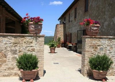 agriturismo_wedding_venue_monticchiello_pienza_val_d_orcia_tuscany_courtyard