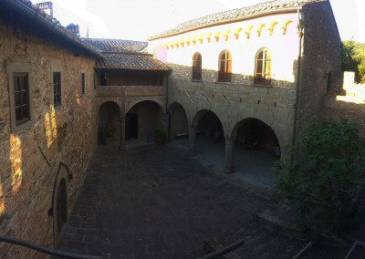 medieval_castle_chianti_firenze_wedding_historic_venue_cerinella_weddingplanner_tuscany_courtyard