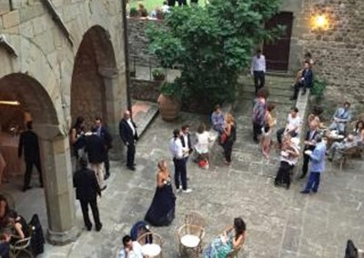 medieval_castle_chianti_firenze_wedding_historic_venue_cerinella_weddingplanner_tuscany_courtyard_aperitif