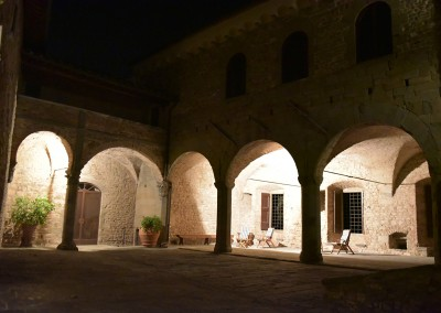 medieval_castle_chianti_firenze_wedding_historic_venue_cerinella_weddingplanner_tuscany_courtyard_at_night