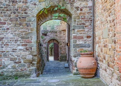 medieval_castle_chianti_firenze_wedding_historic_venue_cerinella_weddingplanner_tuscany_courtyard_entrance