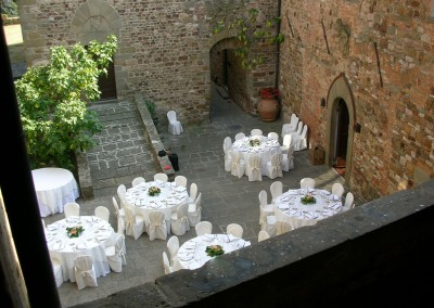 medieval_castle_chianti_firenze_wedding_historic_venue_cerinella_weddingplanner_tuscany_courtyard_outdoor_wedding_reception