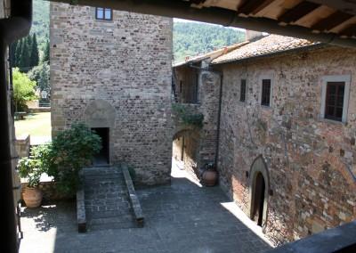 medieval_castle_chianti_firenze_wedding_historic_venue_cerinella_weddingplanner_tuscany_courtyard_tower