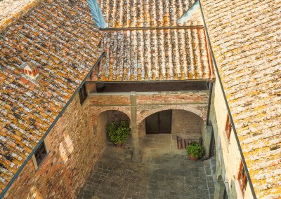 medieval_castle_chianti_firenze_wedding_historic_venue_cerinella_weddingplanner_tuscany_courtyard_view