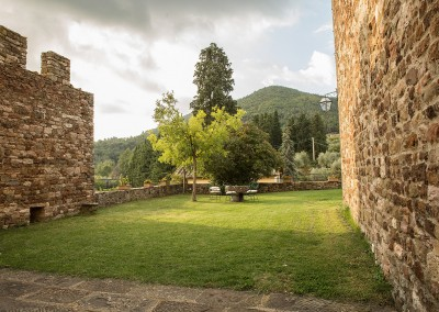 medieval_castle_chianti_firenze_wedding_historic_venue_cerinella_weddingplanner_tuscany_garden_tower