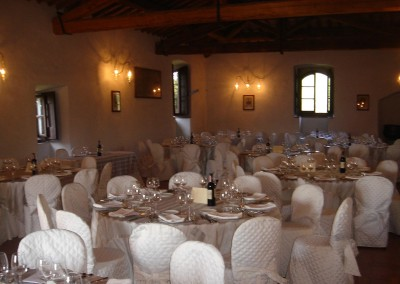 medieval_castle_chianti_firenze_wedding_historic_venue_cerinella_weddingplanner_tuscany_indoor_saloon_dinner