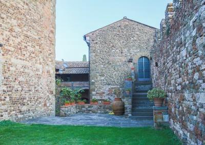 medieval_castle_chianti_firenze_wedding_historic_venue_cerinella_weddingplanner_tuscany_indoor_saloon_entrance_from_garden