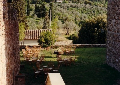 medieval_castle_chianti_firenze_wedding_historic_venue_cerinella_weddingplanner_tuscany_tower_garden_wedding_aperitif