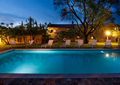 venue in val d'orcia, swimming pool by night, cerinella wedding