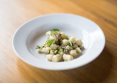 catering cerinella_gnocchi di patate con ragù bianco di maiale e zucchine e timo